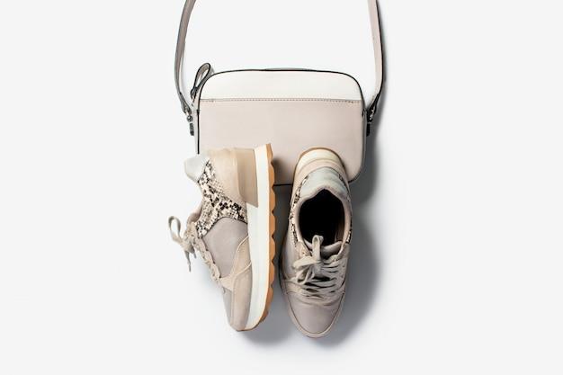 Bovenaanzicht van sneakers voor dames met veters en schoudertas