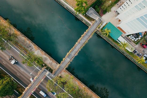 Bovenaanzicht van snelweg en viaduct