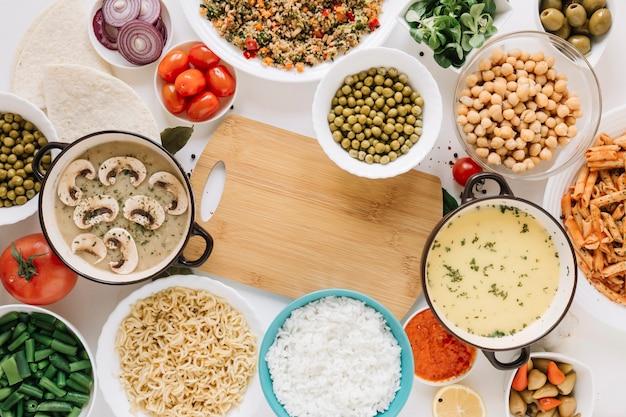 Bovenaanzicht van snijplank en assortiment van gerechten