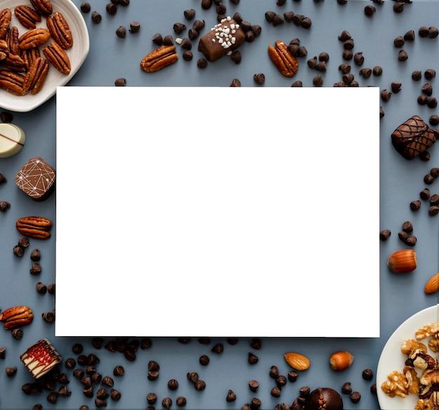 Bovenaanzicht van snoepjes met noten en kopieer de ruimte