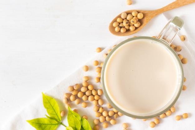 Bovenaanzicht van soja of sojamelk in een glas met sojabonen