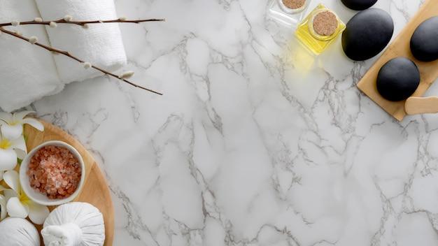 Bovenaanzicht van spa-behandeling en relax concept met spa zout, hete steen en andere spa-accessoires