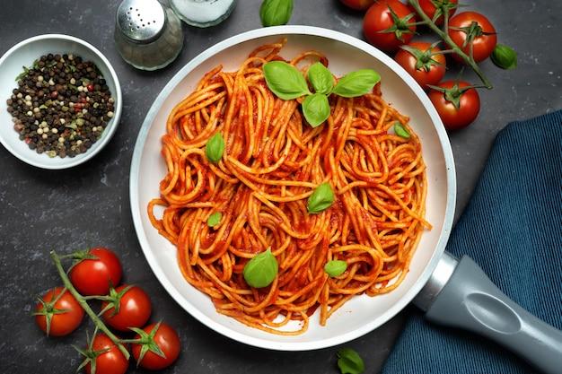 Bovenaanzicht van spaghetti met tomatensaus in een pan