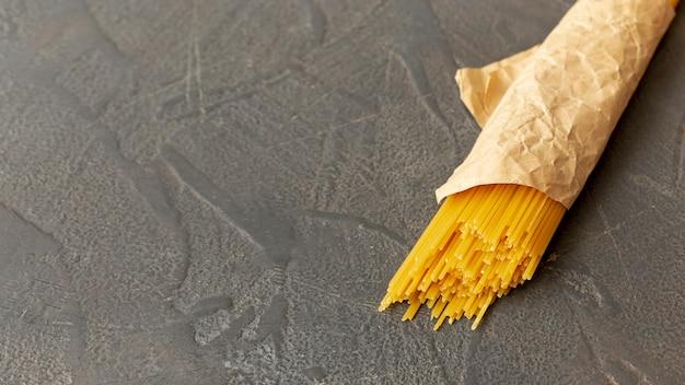Bovenaanzicht van spaghetti op effen achtergrond