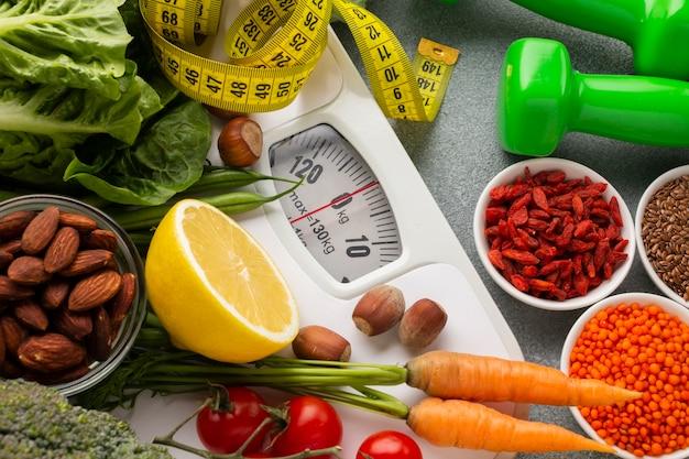 Bovenaanzicht van specerijen en wortelen