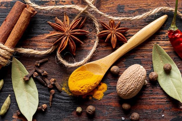 Bovenaanzicht van specerijen met steranijs en kurkuma