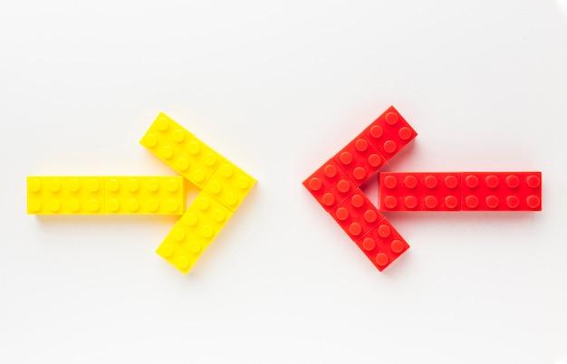 Bovenaanzicht van speelgoed pijlen wijzen naar elkaar