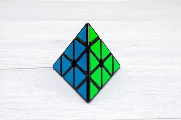 Bovenaanzicht van speelgoedconstructie ontworpen driehoekig op licht bureau, speelgoed plastic