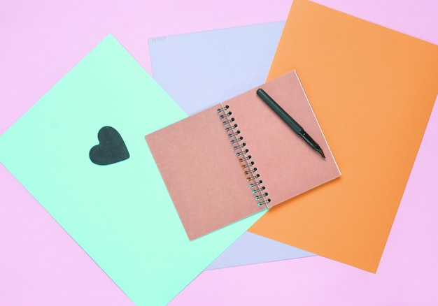 Bovenaanzicht van spiraal notebook met pen