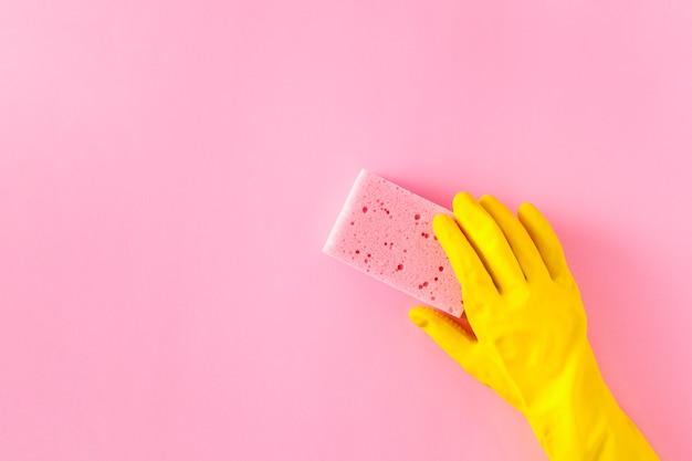 Bovenaanzicht van spons en handschoen op effen achtergrond
