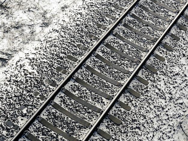 Bovenaanzicht van spoorfragment bedekt met verse sneeuw
