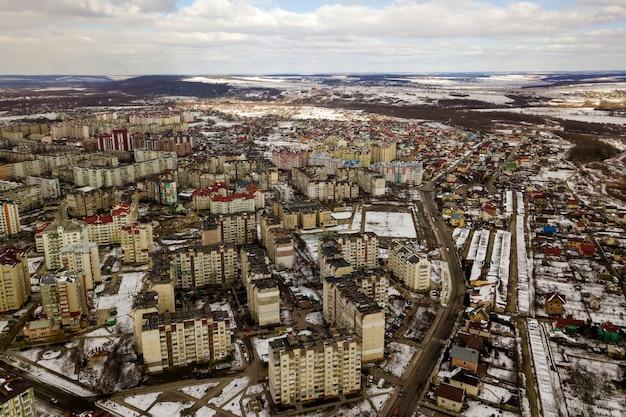 Bovenaanzicht van stad winterlandschap met hoge gebouwen. drone luchtfotografie.
