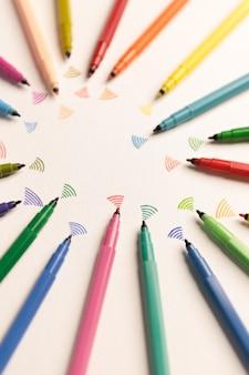 Bovenaanzicht van stakingen geschilderd met kleurrijke markeringen op wit papier. marekrs sturen wifi