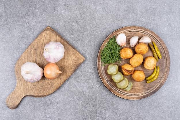 Bovenaanzicht van stapel gekookte aardappelen met ingeblikte groenten