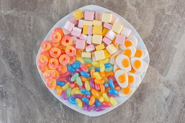 Bovenaanzicht van stapel kleurrijke snoepjes.
