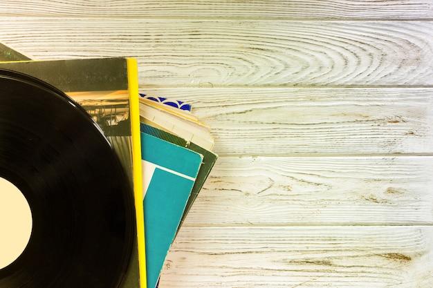 Bovenaanzicht van stapel records over houten tafel. filter in retrostijl