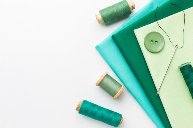 Bovenaanzicht van stoffen met naalden en draad