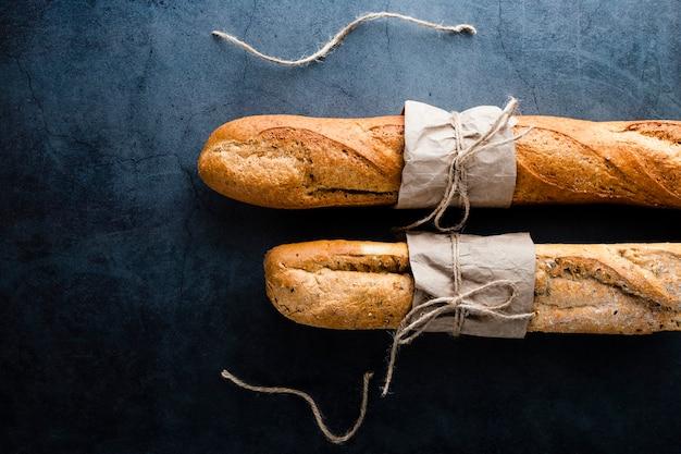 Bovenaanzicht van stokbrood op zwarte achtergrond
