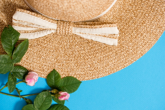 Bovenaanzicht van stro strand hoed