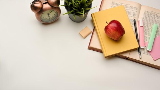 Bovenaanzicht van studeertafel met boek