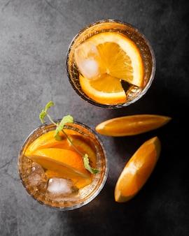 Bovenaanzicht van stukjes sinaasappel in drankjes