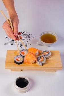 Bovenaanzicht van sushi en thee strengen.