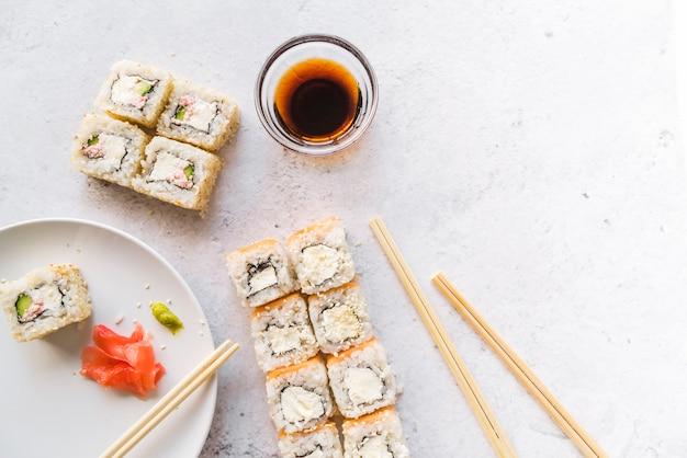 Bovenaanzicht van sushi rolt met kopie-ruimte