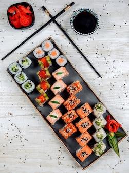Bovenaanzicht van sushi set geserveerd met wasabi, gember en sojasaus