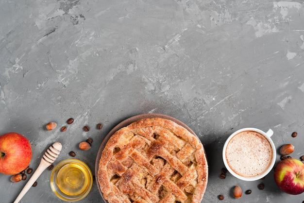 Bovenaanzicht van taart met honing en koffie