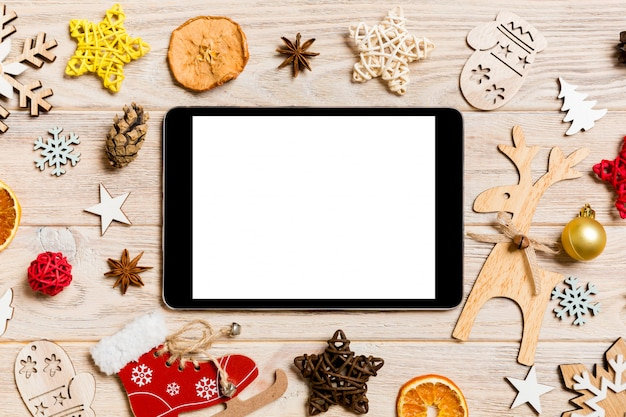 Bovenaanzicht van tablet op vakantie houten achtergrond