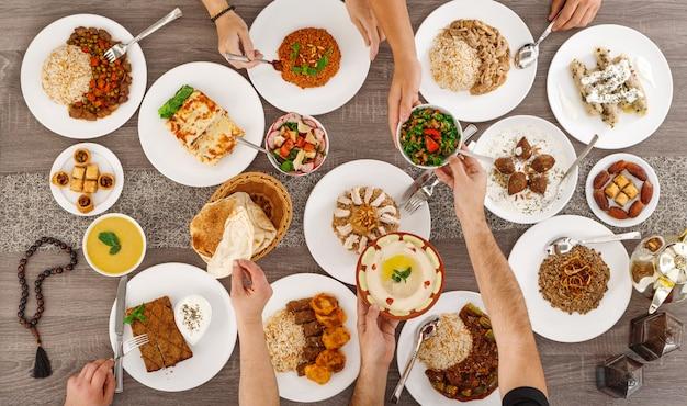 Bovenaanzicht van tafel met voedsel. libanese keuken.