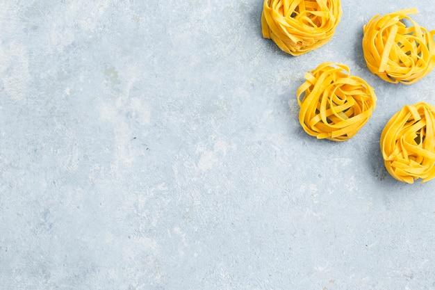 Bovenaanzicht van tagliatelle pasta