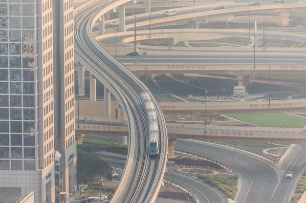 Bovenaanzicht van talrijke auto's in een verkeer in dubai, verenigde arabische emiraten