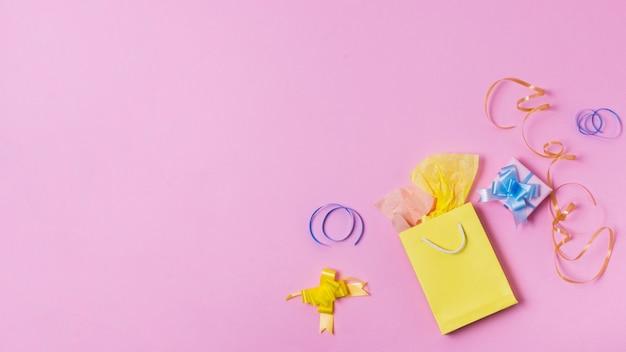 Bovenaanzicht van tas en heden met lint