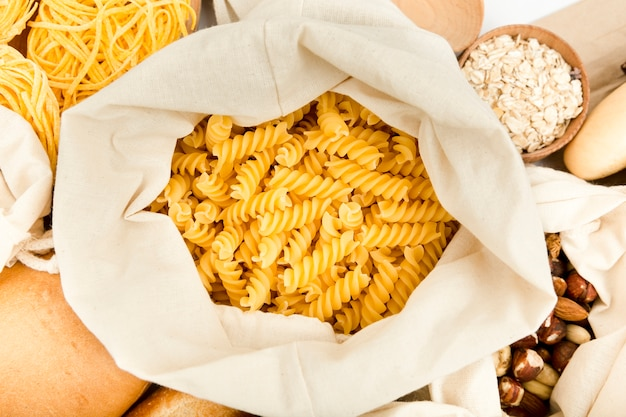 Bovenaanzicht van tas met pasta en assortiment van noten