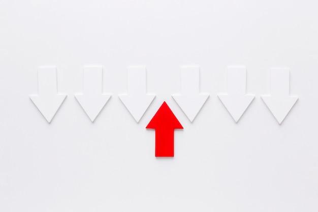 Bovenaanzicht van tegengestelde pijlen