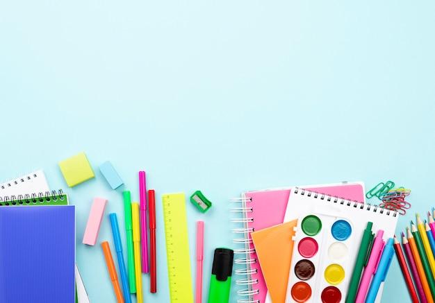 Bovenaanzicht van terug naar school briefpapier met kopie ruimte en aquarel