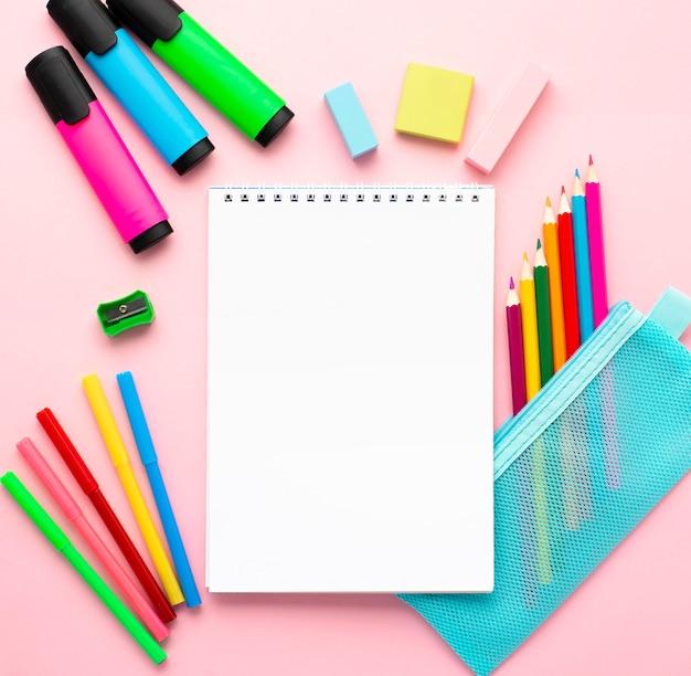 Bovenaanzicht van terug naar school briefpapier met laptop