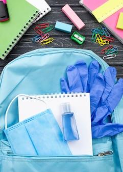 Bovenaanzicht van terug naar school briefpapier met rugzak en notebook