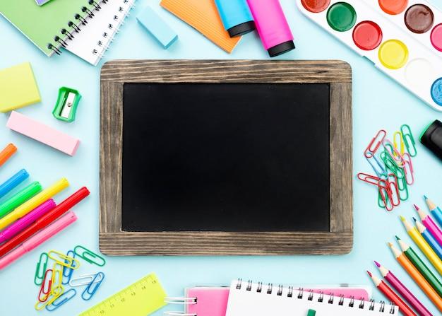 Bovenaanzicht van terug naar school briefpapier met schoolbord