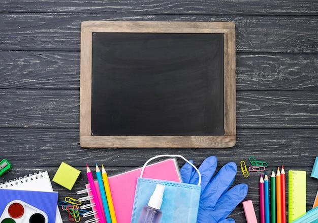 Bovenaanzicht van terug naar school briefpapier met veelkleurige potloden