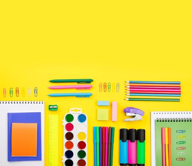 Bovenaanzicht van terug naar school essentials met kopie ruimte