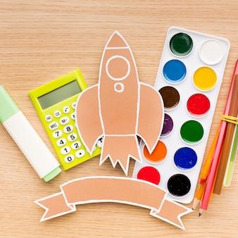Bovenaanzicht van terug naar schoolbenodigdheden met aquarel en rekenmachine