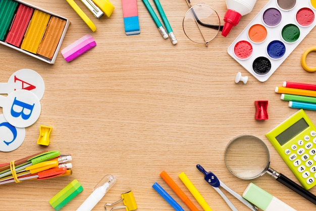 Bovenaanzicht van terug naar schoolbenodigdheden met potloden en kopie ruimte
