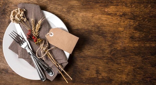 Bovenaanzicht van thanksgiving diner tafel arrangement met kopie ruimte
