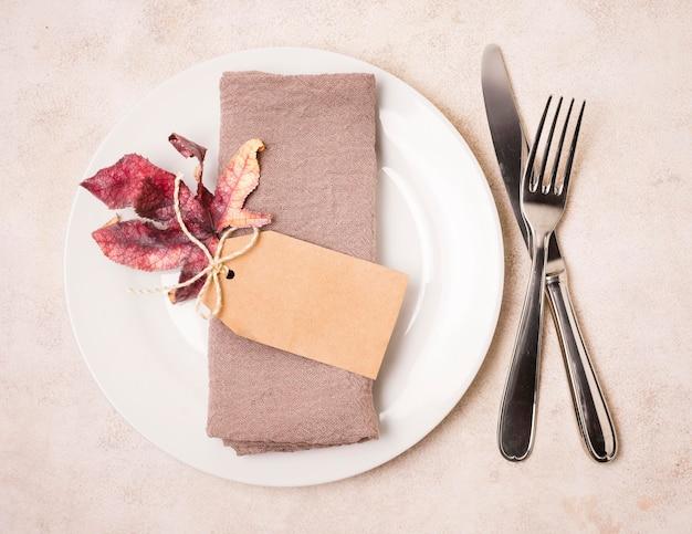 Bovenaanzicht van thanksgiving plaat met bestek