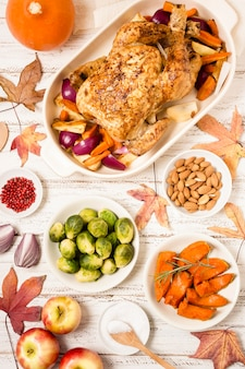 Bovenaanzicht van thanksgiving tafel met geroosterde kip en andere gerechten