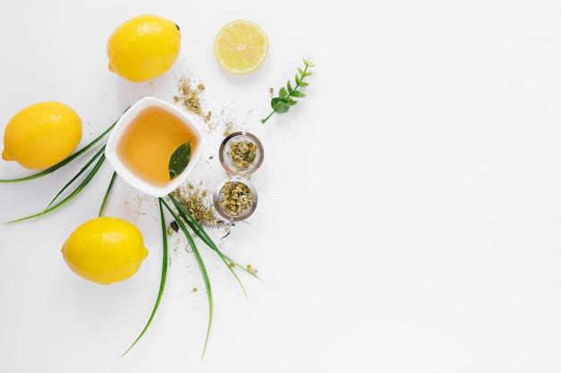 Bovenaanzicht van thee beker en citroenen