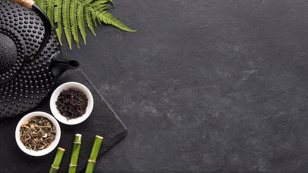 Bovenaanzicht van thee kruid met groene varenbladeren en bamboe