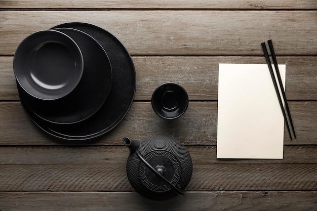 Bovenaanzicht van theepot met serviesgoed en eetstokjes